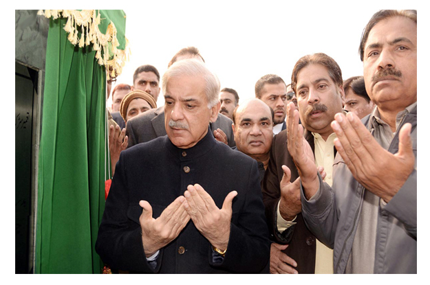 CM Punjab offering dua after inaugurating the construction project. PHOTO: INP