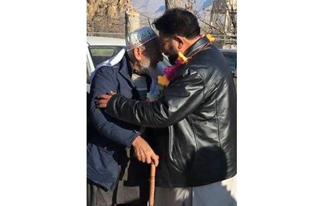 man reunites with father after 1971 war