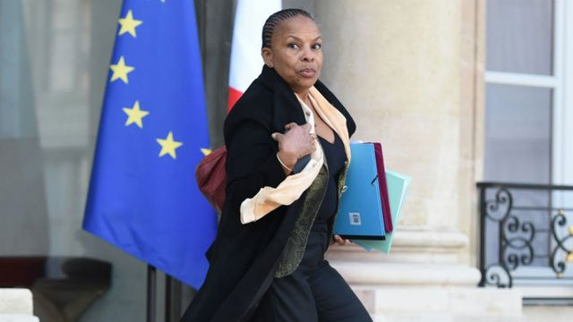 french justice minister quits after disagreement with hollande