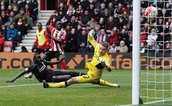 simon mignolet dives to save sadio mane 039 s shot during the match between southampton and liverpool at st mary 039 s stadium in southampton on march 20 2016 photo afp