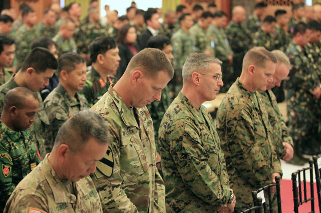 us troops pause in prayers during the opening ceremony of the 2016 balikatan military exercises at the armed forces of the philippines headquarters in camp aguinaldo quezon city metro manila april 4 2016 photo reuters