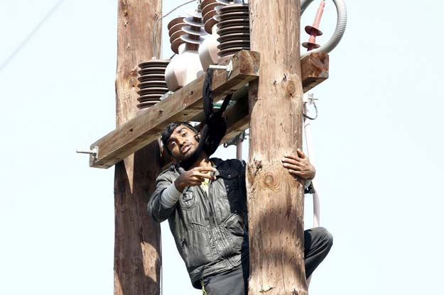 a pakistani migrant threatens to hang himself from a utility pole during a demonstration inside the moria registration centre on the greek island of lesbos april 6 2016 photo reuters