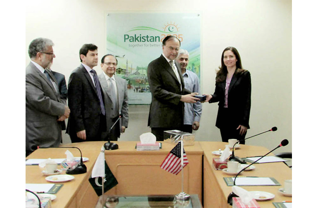 ederal minister for planning development and reform ahsan iqbal receiving souvenir from ms evan ryan us assistant secretary education and cultural affairs photo nni