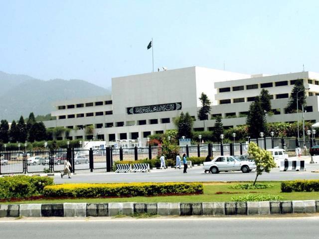 pervaiz rashid accuses imran of misappropriating donation money photo na gov pk