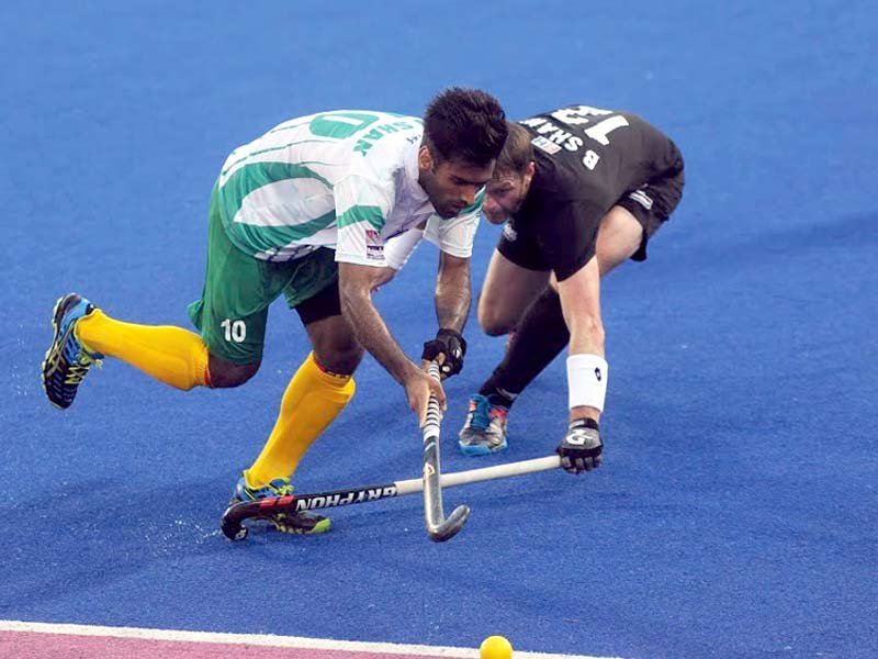 pakistan and new zealand players vie for the ball in their sultan azlan shah cup clash the greenshirts lost 5 3 to the black sticks photo courtesy malaysian hockey confederation