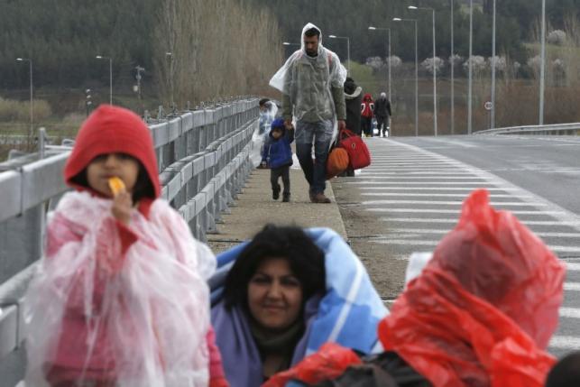 migrants walk along a road towards a makeshift camp at the greek macedonian border near the greek village of idomeni greece march 4 2016 photo reuters