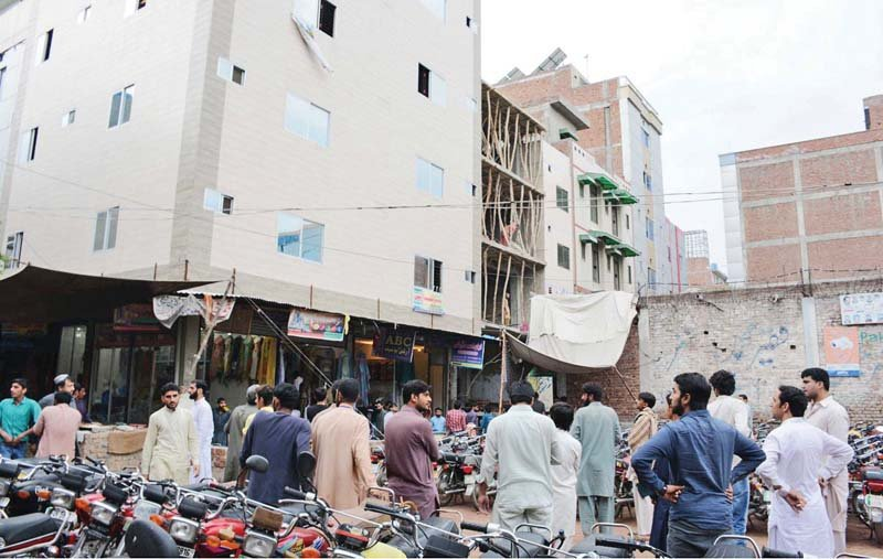 people who rushed out of this islamabad market wait for the earthquake to pass photo online