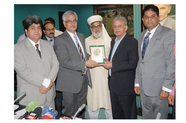 lcci senior vice president almas hyder presenting a shield to federal minister for science and technology rana tanveer hussain during his visit to lcci photo nni