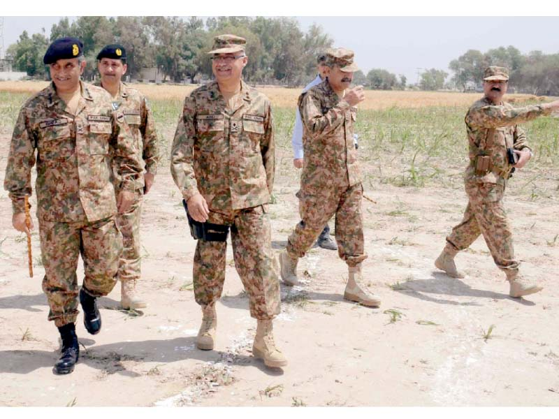 Multan Corps Commander Lt-Gen Ashfaq Nadeem visiting the troops in Kacha area. PHOTO: INP