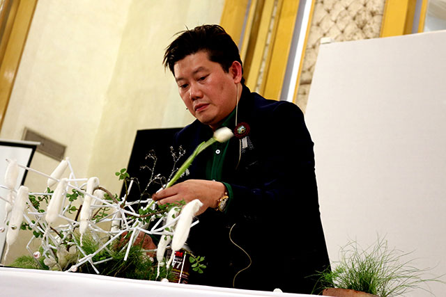 world renowned floral artist s tricks of the trade enthrall karachi audience