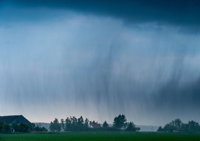 A thunder cell bringing heavy rain and hail hangs over a field near Neuhardenberg, northeastern Germany, on May 24, 2016. PHOTO: AFP