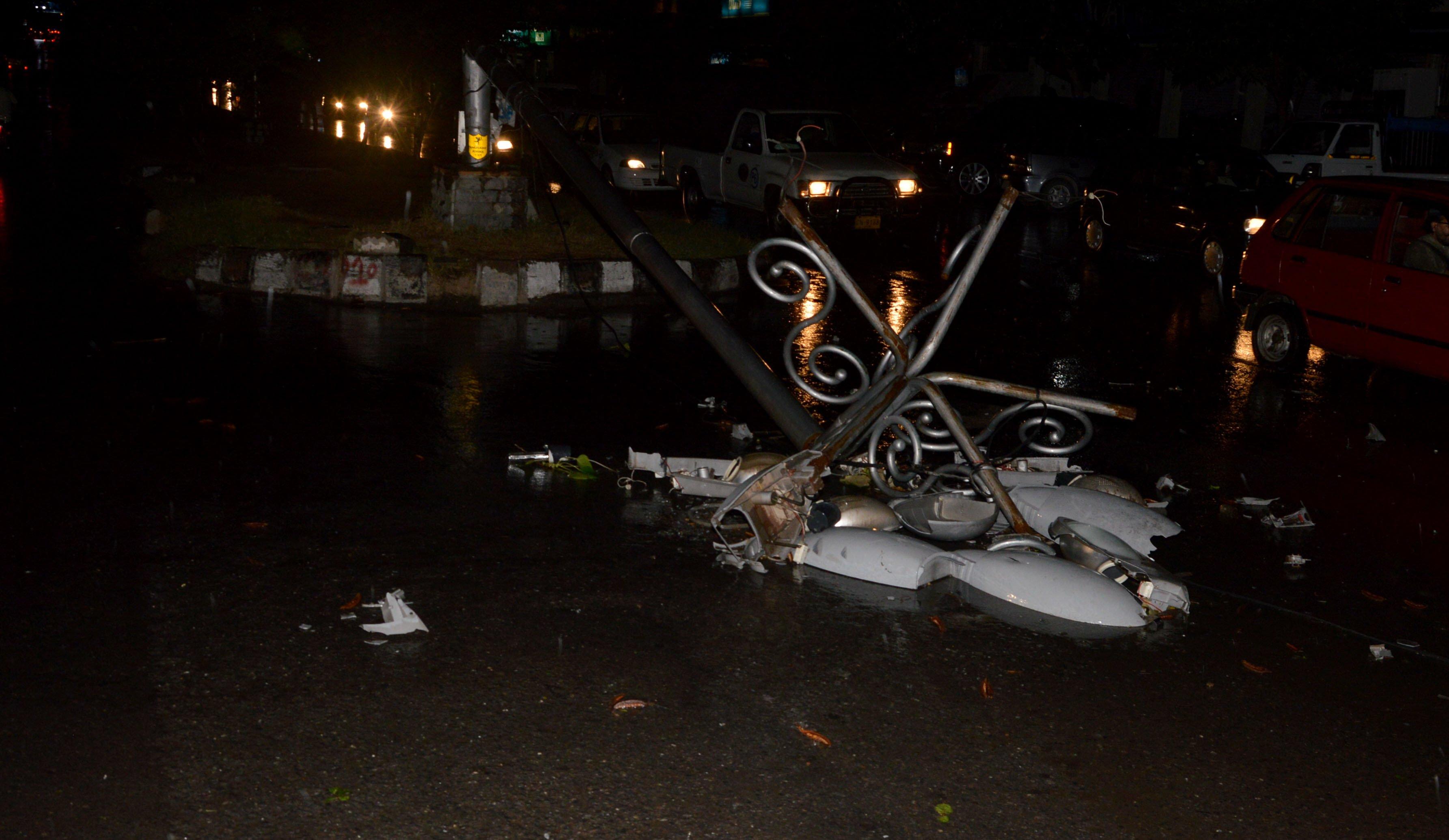 seven dead 94 hurt as gusty winds lash twin cities