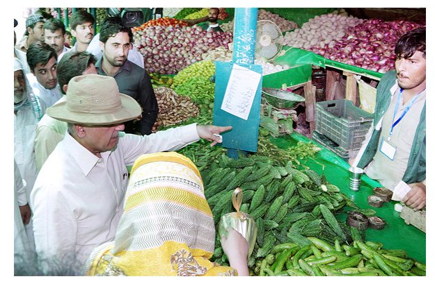 Chief Minister Shahbaz Sharif inspecting the quality and prices of commodities at Ramazan Bazaar. PHOTO: APP