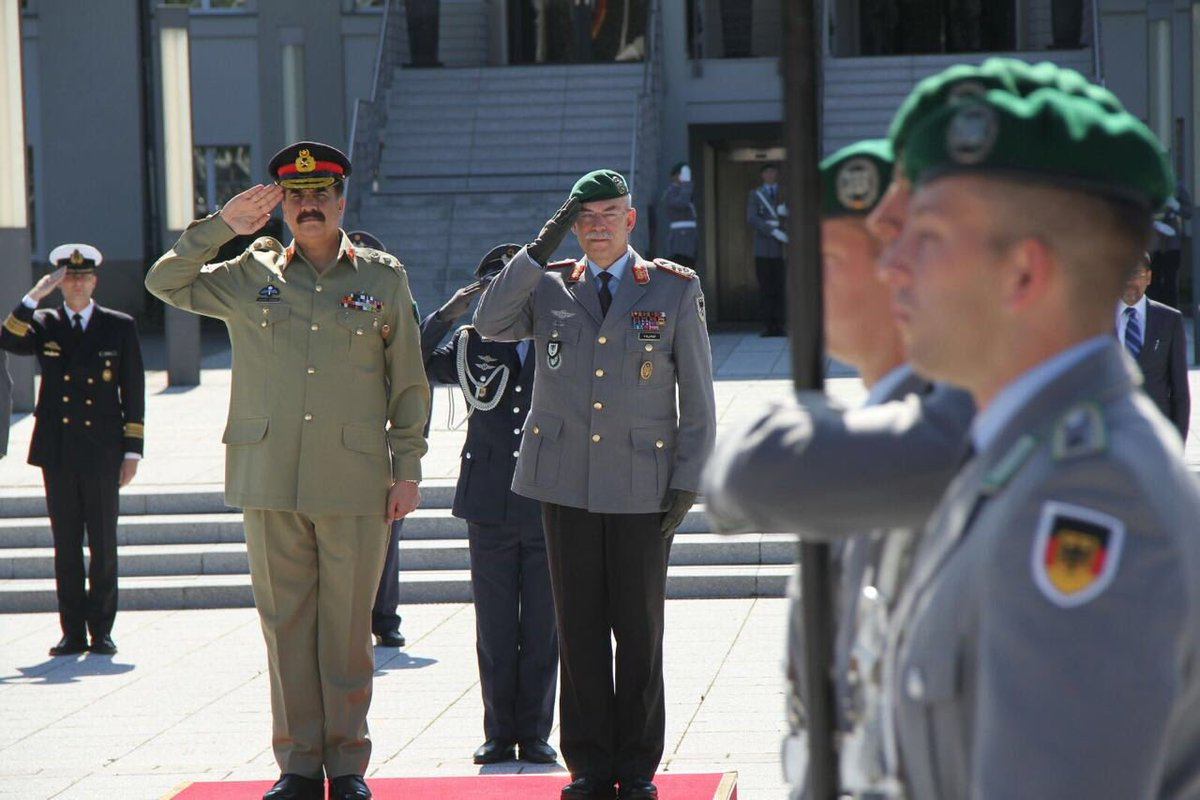 COAS General Raheel Sharif with German army chief, recieves a guard of honour in Berlin on Monday. PHOTO: ISPR