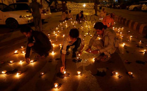 People light oil lamps to honour victims of the blast in Quetta during a vigil in Karachi, Pakistan August 9, 2016. PHOTO: REUTERS