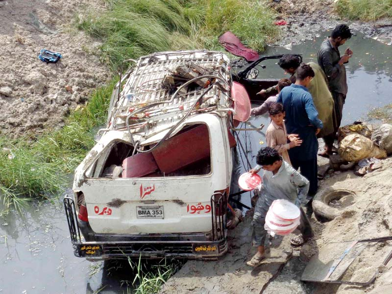 one dead 10 injured in road accident