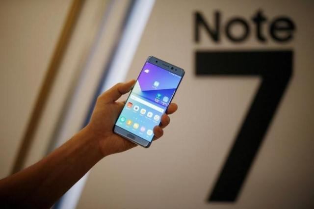a model poses for photographs with a galaxy note 7 new smartphone during its launching ceremony in seoul south korea photo reuters