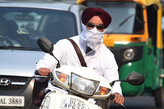 india capital to install roadside air purifiers to cut smog