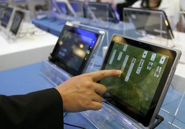 tablet market shrinks as demand grows for hybrids