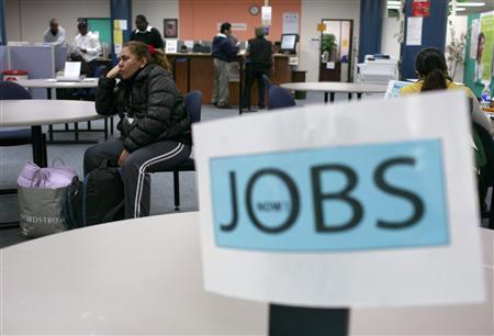 Job seekers visit an employment center in San Francisco, November 20, 2009.     REUTERS/Robert Galbraith