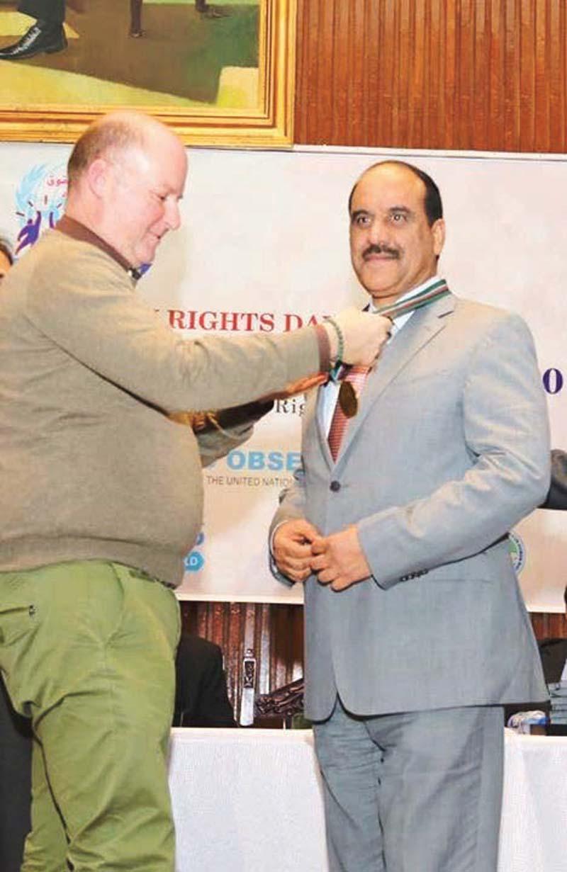 islamabad cop gets rights award