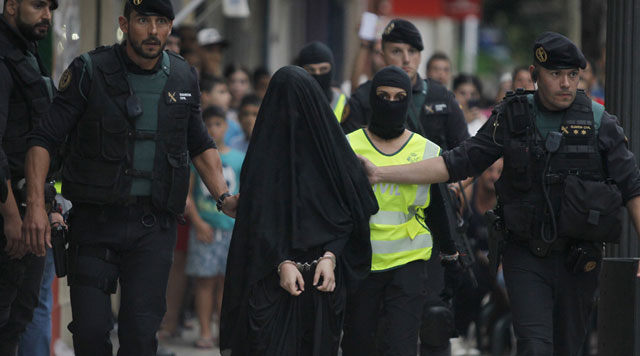 spanish police arrest an 18 year old moroccan woman suspected of recruiting other women via the internet to the group islamic state is in gandia on september 5 2015 photo afp