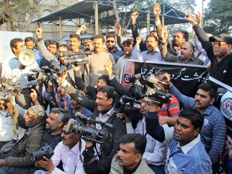 journalists protesting on monday outside the karachi press club against the killing of cameraman taimur who was gunned down by unidentified men in north nazimabad area sunday night photo ppi