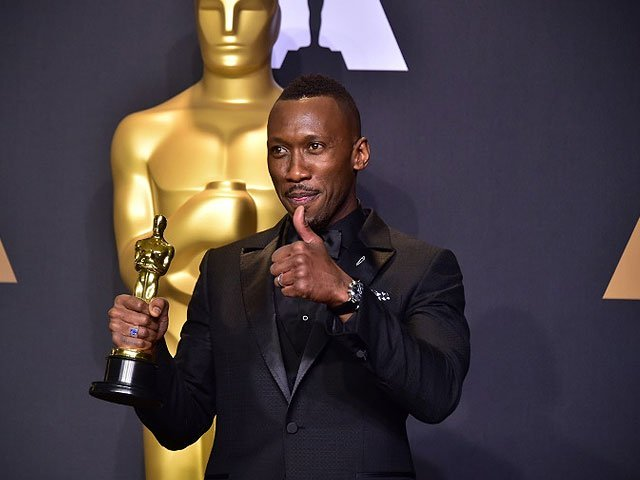 mahershala ali poses with the oscar for best actor in a supporting role on february 26 2017 afp frederic j brown
