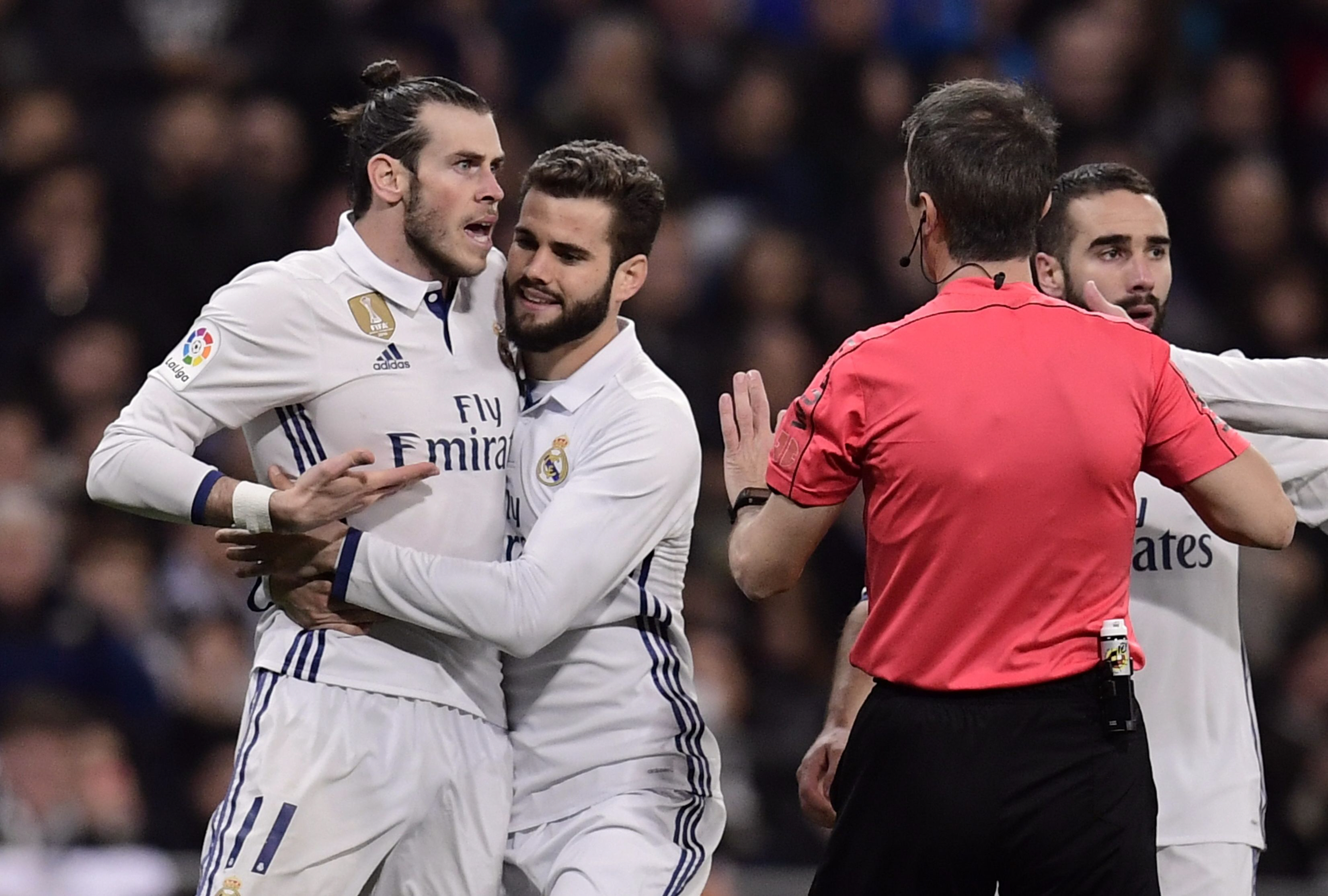 real madrid 039 s forward gareth bale l argues with the referee at the santiago bernabeu stadium in madrid on march 1 2017 photo afp