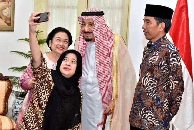 indonesian president joko widodo r watches as former president megawati sukarnoputri and her daughter puan maharani a minister in his cabinet take a selfie with saudi arabia 039 s king salman c at the presidential palace in jakarta indonesia march 2 2017 photo reuters