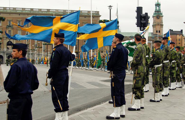 swedish armed forces soldiers attend a rehearsal in front of the royal palace in stockholm sweden june 18 2010 photo reuters