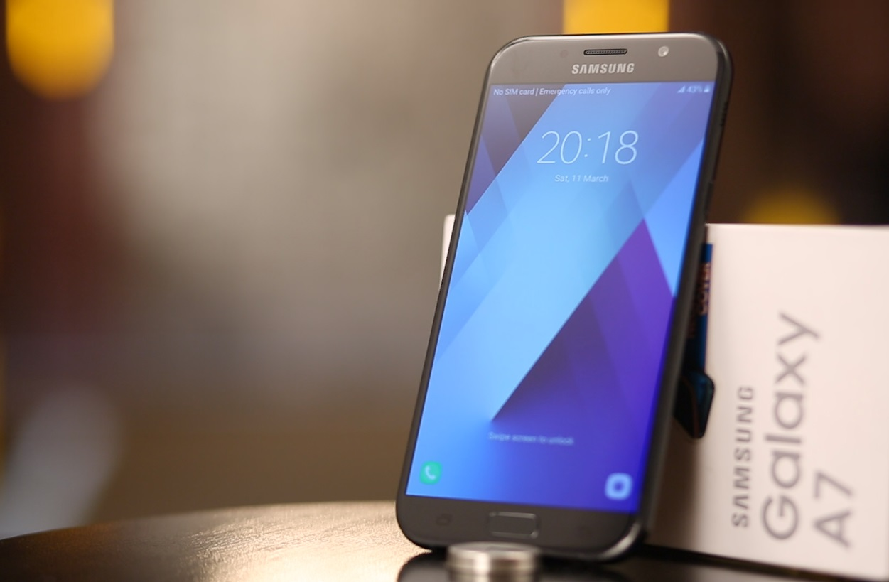 samsung galaxy a7 phablet with the specs of a flagship device