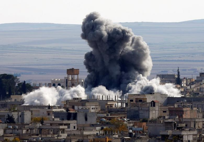 air strike kills more than 30 near raqqa syrian observatory says