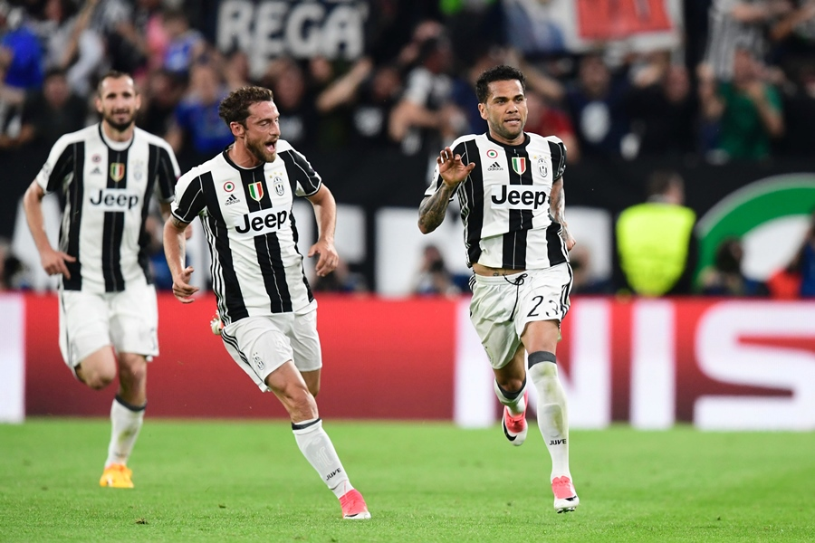 Juventus Defender from Brazil Dani Alves (R) celebrates with teammate Juventus' midfielder from Italy Claudio Marchisio after scoring during the UEFA Champions League semi final second leg football match Juventus vs Monaco, on May 9, 2017 at the Juventus stadium in Turin. PHOTO: AFP
