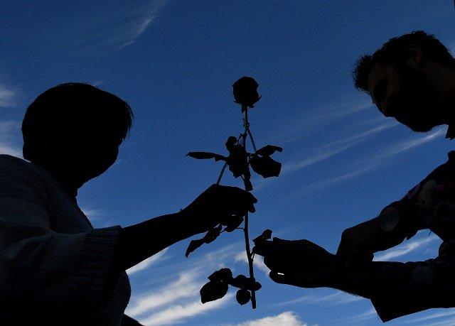 in solidarity british muslims give away 3 000 roses on london bridge