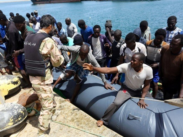 more than 900 migrants rescued off libya