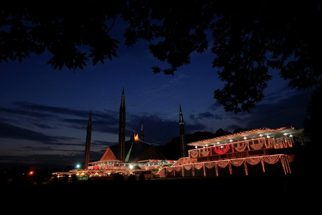 11 powerful pictures of muslims all over the world observing laylatul qadr
