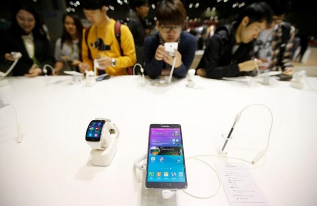 Visitors try out a Samsung Electronics' Galaxy Note 4 during the 2014 Korea Electronics Show in Goyang October 17, 2014. PHOTO: REUTERS