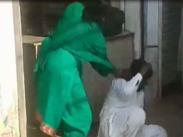 video shows fake pir being thrashed by women in mian channu