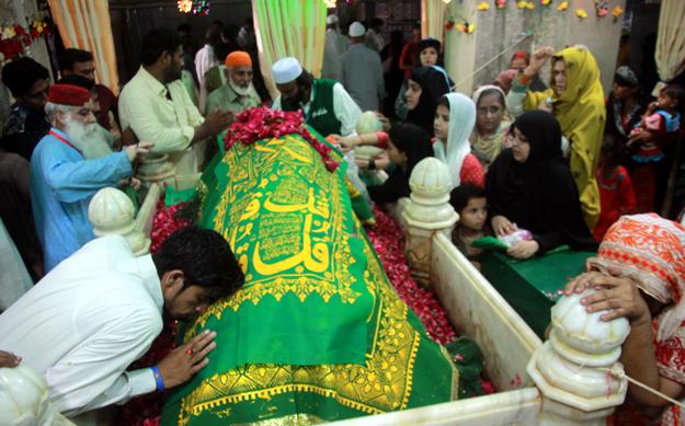 devotees throng to abdullah shah ghazi s mazar