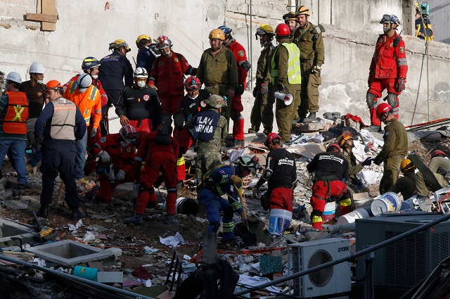in mexico frantic rescuers keep up search for quake survivors
