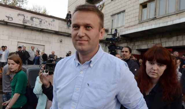 russia is my country despite risks kremlin critic navalny to fly home