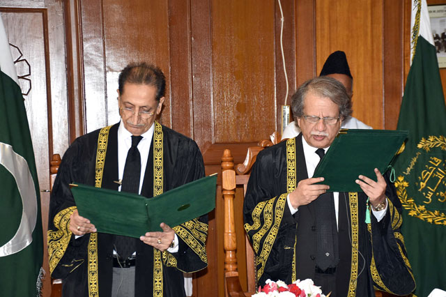 Justice Ejaz Afzal Khan takes oath as acting Chief Justice of Pakistan in Supreme Court, Islamabad on Friday, October 27, 2017. PHOTO: PID