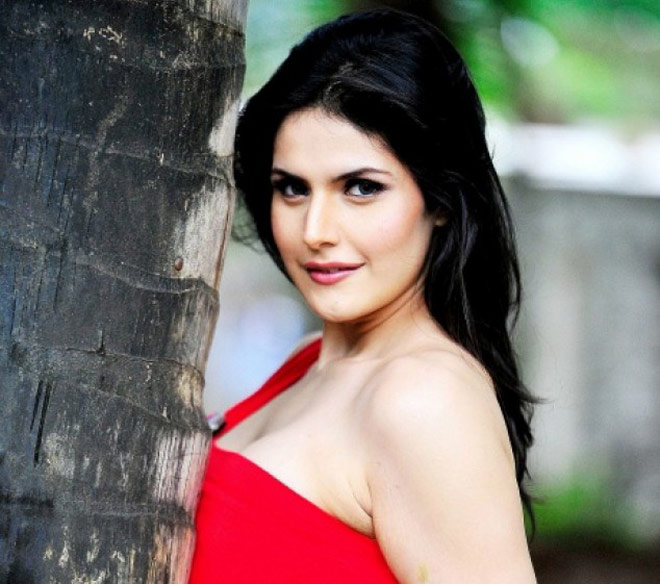 hate story 3 star mobbed and nearly molested in public