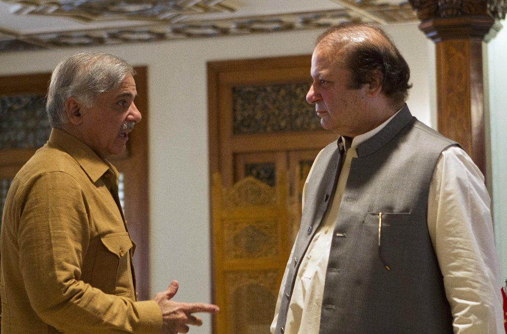 Former prime minister Nawaz Sharif (R) with his brother Shehbaz Sharif. PHOTO: REUTERS / FILE
