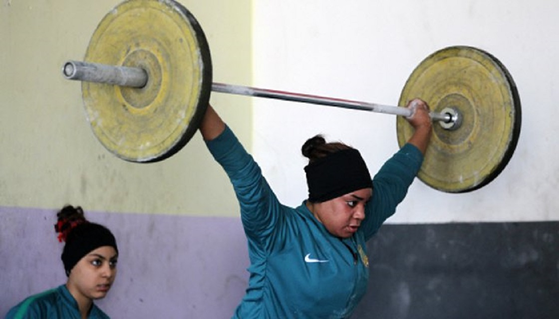 iraqi weightlifter khadeeja ismal abdullah trains on january 18 2018 at a club in sadr city east of baghdad photo afp