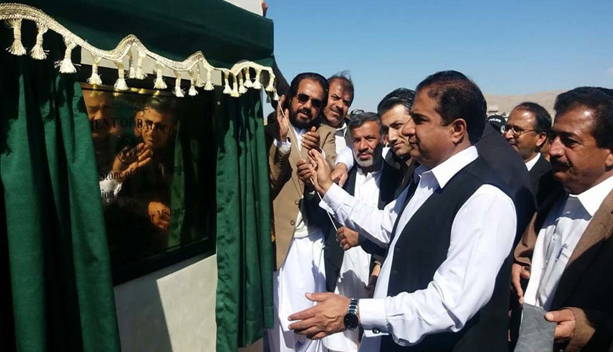 chief justice of balochistan high court justice noor mohammad mukanzai unveils the plaque of judicial complex photo express