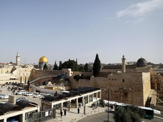 A general view of Jerusalem's Old City shows the Western Wall, Judaism's holiest prayer site, in the foreground as the Dome of the Rock, located on the compound known to Muslims as Noble Sanctuary and to Jews as Temple Mount, is seen in the background January 22, 2018. PHOTO: REUTERS