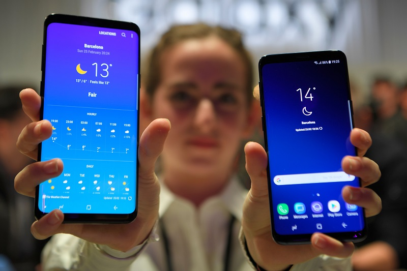 a hostess shows up samsung 039 s new s9 r and s9 plus devices after a presentation ceremony at the mobile world congress in barcelona spain february 25 2018 photo reuters