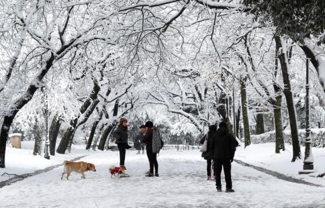 people walk at villa borghese during a heavy snowfall in rome italy february 26 2018 photo reuters